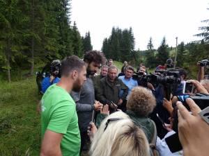 Reprezentanții Greenpeace România și cei ai RNP, în teren, la locul unde au fost semnalate inițial ilegalitățile
