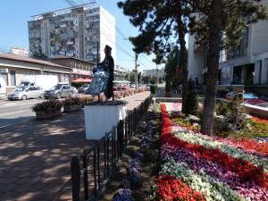 Statui vii şi levitante, care anunţă începerea Festivalului Medieval, pe străzile Sucevei