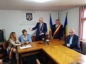 """Primarul Herbert Hofauer a fost prezent la Cornu Luncii pentru a primi titlul de """"Cetățean de onoare"""" al acestei comune"""