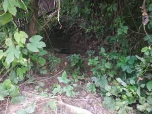 O familie de pe strada Mihail Sadoveanu a construit o canalizare ilegală, prin intermediul căreia deversează totul pe versantul de nord-est al municipiului Suceava