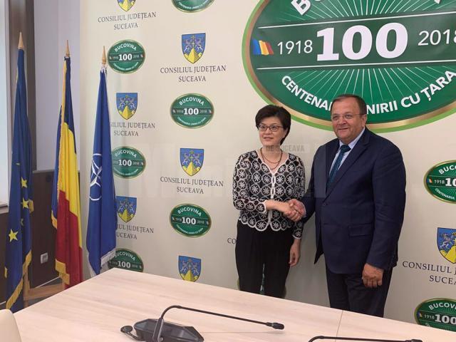 Preşedintele Consiliului Judeţean Suceava, Gheorghe Flutur, și Excelența Sa Jiang Yu, Ambasador Extraordinar şi Plenipotenţiar al Republicii Populare Chineze în România