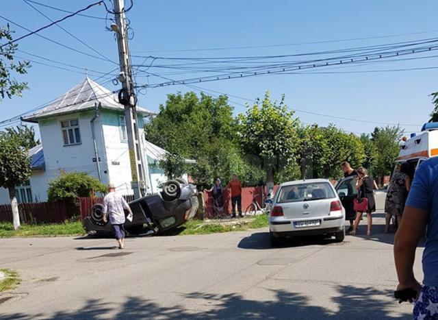 Din impactul dintre cele două autovehicule, Fiat-ul s-a răsturnat pe cupolă, iar cei doi conducători auto au fost răniți ușor