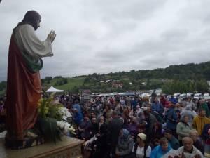 Credincioșii catolici, în așteptarea Sfintei Liturghii de la Cacica