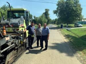 Flutur a inspectat lucrările de asfaltare a drumului de la Volovăț la Burla