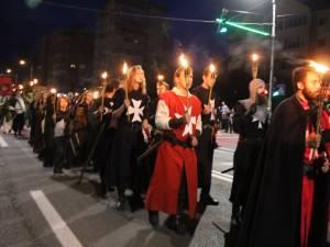 Cu chipurile luminate de flăcările torţelor, personaje desprinse din negurile istoriei au străbătut străzile Sucevei