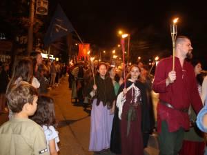 Cu chipurile luminate de flăcările torţelor, personaje desprinse din negurile istoriei au străbătut străzile Sucevei 2