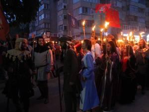 Cu chipurile luminate de flăcările torţelor, personaje desprinse din negurile istoriei au străbătut străzile Sucevei 3