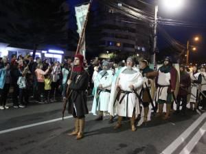 Cea mai mare paradă medievală din România, care a avut loc joi seara, pe străzile municipiului Suceava, a atras un număr record de spectatori