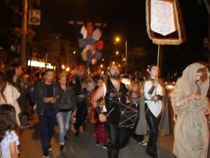Cea mai mare paradă medievală din România, care a avut loc joi seara, pe străzile municipiului Suceava, a atras un număr record de spectatori 3
