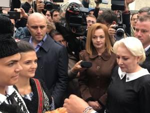 Viorica Dăncilă a fost întâmpinată cu pâine și sare la Mănăstirea Putna