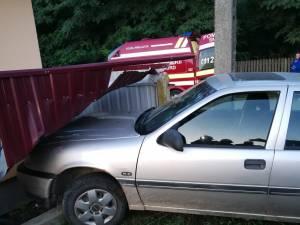 Maşina a intrat în gardul unei locuinţe