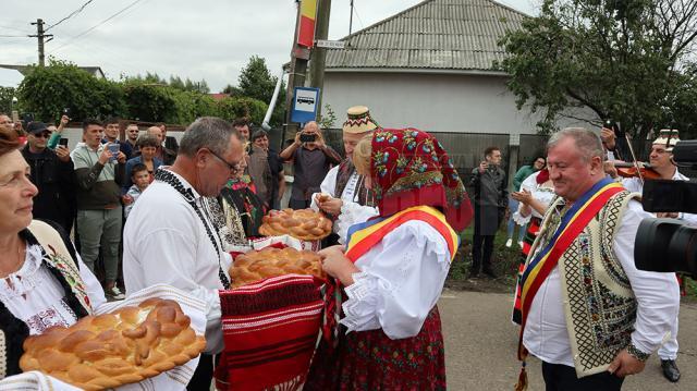 Oaspeţii au fost întâmpinaţi cu pâine şi sare