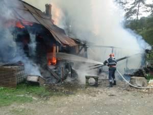 Pompierii au găsit un incendiu deja generalizat la casă