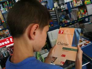 Elevii claselor a VII-a vor începe școala fără manuale