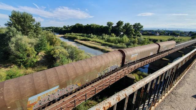 Trenul de marfă deraiat pe podul CFR de la Dorneşti