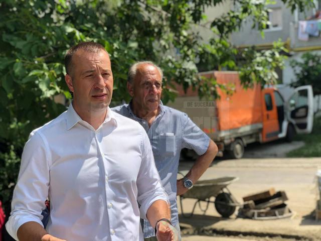 Viceprimarul Lucian Harșovschi a precizat că urmează să fie asfaltată și parcarea interioară a blocurilor din zona centrală, dar și trasarea de marcaje rutiere