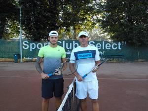 Emilian Petruneac, în stânga imaginii, a fost pus în postura de a-l elimina din competiție pe tatăl său