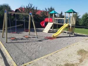 Primăria Dărmănești a amenajat două spaţii de joacă noi