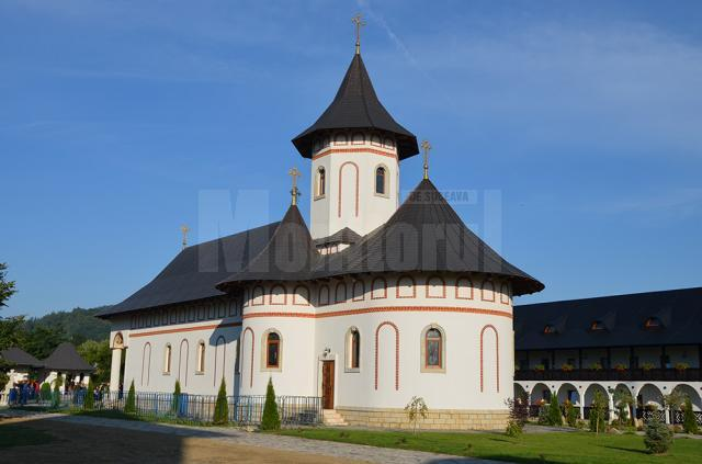 Trei arhierei au sfinţit biserica Schitului Marginea