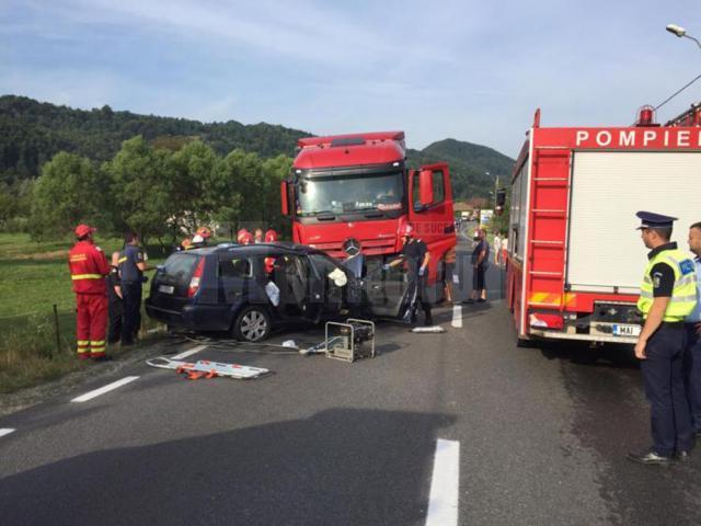 Autoturismul a intrat în plin în vehiculul greu de pe contrasens