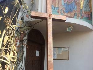 """A fost sfințită crucea înaltă de 3,5 metri care va fi montată pe Turnul Unirii, lângă Biserica """"Naşterea Maicii Domnului"""""""