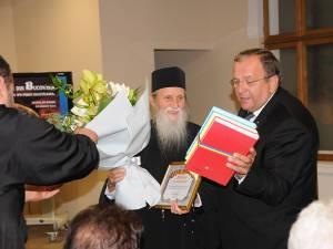 Diploma de recunoştinţă și volumele Enciclopediei Bucovinei, oferite Înaltpreasfinției Sale Pimen de către preşedintele Gheorghe Flutur