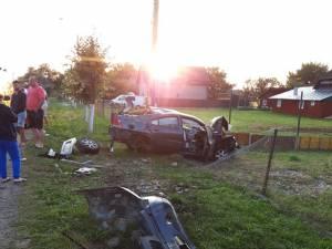 Cei doi tineri au avut nevoie de îngrijiri medicale, iar autoturismul a fost distrus