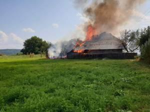 Flăcările au cuprins cu repeziciune întreaga gospodărie din Pârteștii de Sus