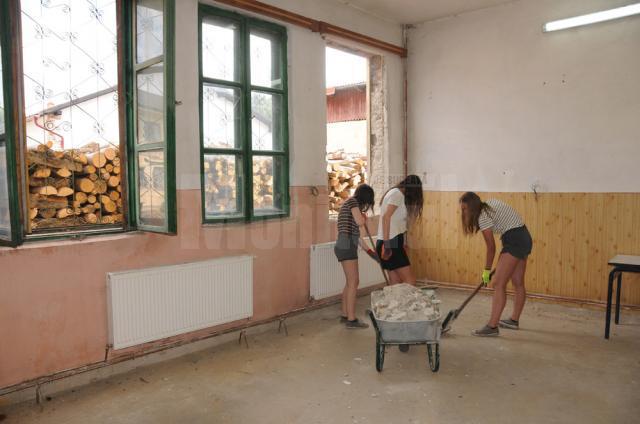 Tinerii voluntari din Belgia au participat la toate lucrările de renovare a bibliotecii