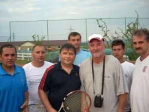 Nicolae Pescaru, înconjurat de tinerii care l-au îndrăgit atât de mult
