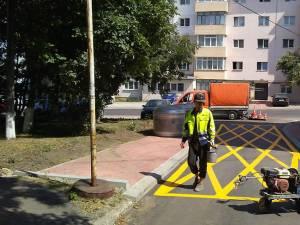 Marcaje rutiere de staționare interzisă în dreptul platformelor îngropate de depozitare a deșeurilor menajere