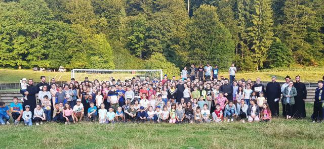 """Peste 240 de copii din 10 parohii au participat la Tabăra de vară """"Şcoala din Pridvorul Bisericii"""""""