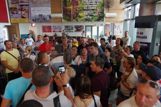 Pasagerii zborului anulat Suceava-Roma refuză să părăsească aeroportul