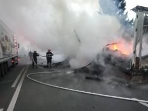Autotrenul distrus de flăcări