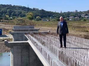 Primarul Ion Lungu a făcut vineri primii pași pe noul pod peste apa Sucevei
