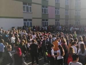 """Profesorii elevilor de 10 de la Colegiul """"Mihai Eminescu"""" au fost premiați la deschiderea anului școlar"""