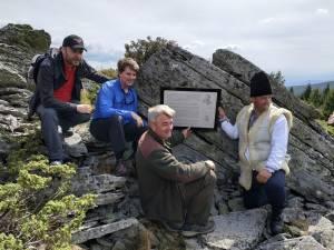Cei patru organizatori ai evenimentului din Munţii Călimani și placheta de la castelul fictiv