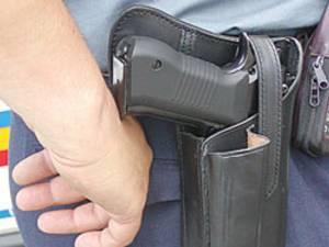 Poliţiştii au efectuat somaţiile legale şi au tras spre cauciucurile maşinii, unul din gloanţe intrând în habitaclul autoturismului