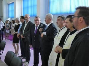 """Directorul CN """"Ştefan cel Mare"""" Suceava, Dan Popescu, alături de primarul Ion Lungu și de preoții care au oficiat slujba religioasă de binecuvântare a elevilor, profesorilor şi părinţilor"""