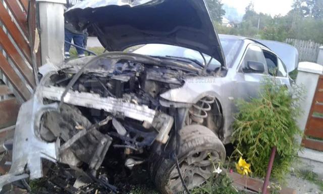 Impactul a fost violent, rezultând pagube mari. Şoferul nu a fost rănit