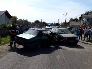 In urma coliziunii o persoana a ramas incarcerata in unul dintre autoturismele implicate