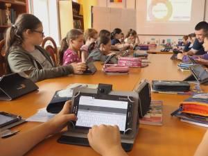 Elevii școlii din Putna învață matematică și informatică într-un laborator digital complet echipat