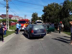 În urma coliziunii, o persoană aflată în Dacie, lângă şofer, a rămas încarcerată