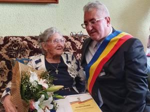"""Elena Manolache a primit diploma de """"Cetăţean Centenar"""" din partea primarului Sucevei, la împlinirea a 100 de ani"""