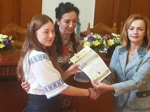 Cei 20 de elevi cu 10 pe linie la examenele naţionale au fost premiați cu diplome și bani