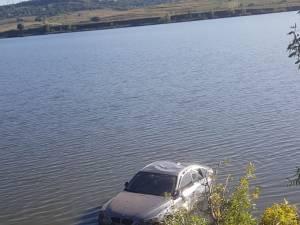 O tânără s-a răsturnat cu mașina în iaz, la Fălticeni