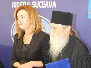 ÎPS Pimen a primit o distincţie de excelență din partea prefectului Mirela Adomnicăi