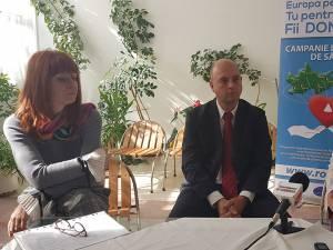 Reprezentanţii BRCT Suceava, iniţiatorii campaniei, alături de Maria Pilat, directoarea Centrului de Transfuzie sanguină