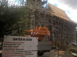 Biserica este ridicată, iar în această perioadă se lucra la acoperiş