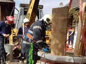 Dupa ore intregi de munca, pompierii au reusit extragerea barbatului din fantana